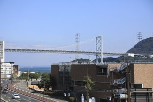 亀山八幡宮から関門橋を一望